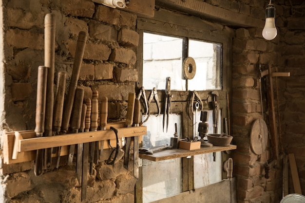 Gereedschap staat in een oud atelier