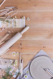 Gereedschap voor het maken van aardewerk op een houten tafel