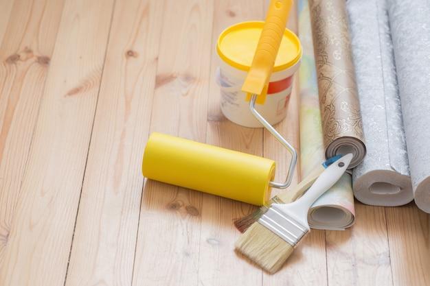 Gereedschap voor reparatie op de vloer