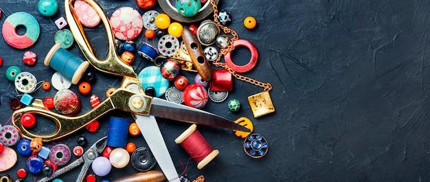 Gereedschappen en accessoires voor handwerken.