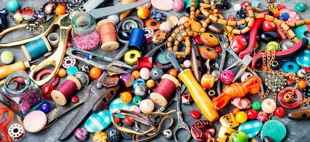 Gereedschappen en sieraden voor handwerk.