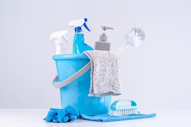 Gereedschapsapparatuur voor schoonmaakproducten, concept van huishouding, professionele schoonmaakservice, benodigdheden voor huishoudelijk werk, kopieerruimte, close-up.