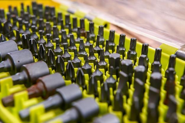 Gereedschapskist met stalen sleutel en verschillende gereedschappen close-up