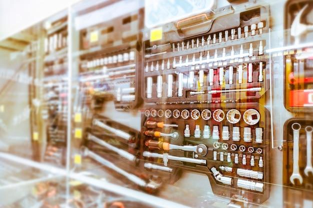 Gereedschapskisten en hulpmiddelen voor autoreparatie in een etalage. sleutels met een set doppen en schroevendraaiers van verschillende grootte voor de werkplaats.