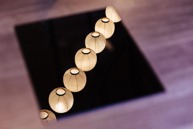 Gereflecteerde verlichte papieren lampen op het plafond