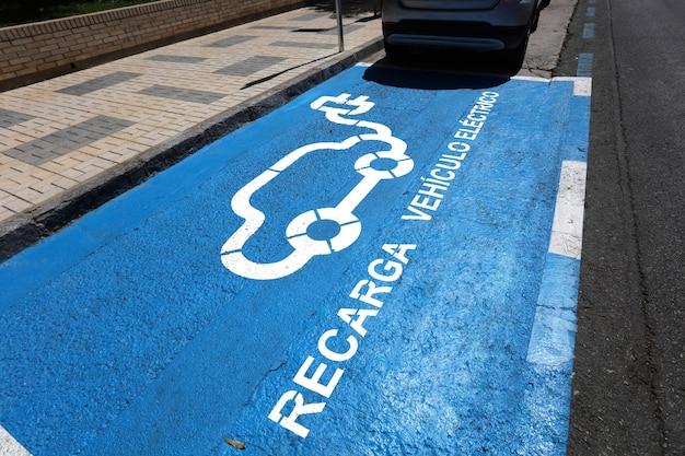 Gereserveerde parkeerplaats voor auto recargue in stadscentrum city