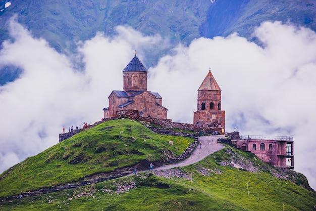 Gergeti trinity church in de bergen van de kaukasus