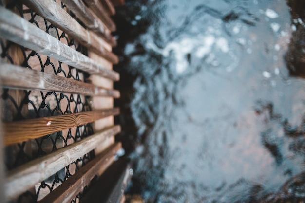 Gericht houten hek met water achtergrond