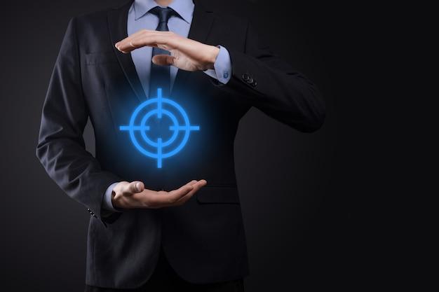Gericht op concept met zakenman hand met doelpictogram dartbord schets op schoolbord. doelstelling en investeringsdoelstelling concept.