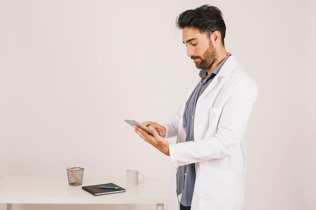 Gerichte arts die met de ipad werkt