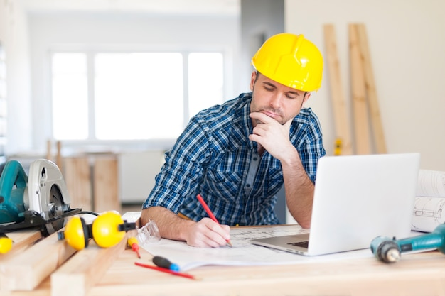 Gerichte bouwvakker op de bouwplaats
