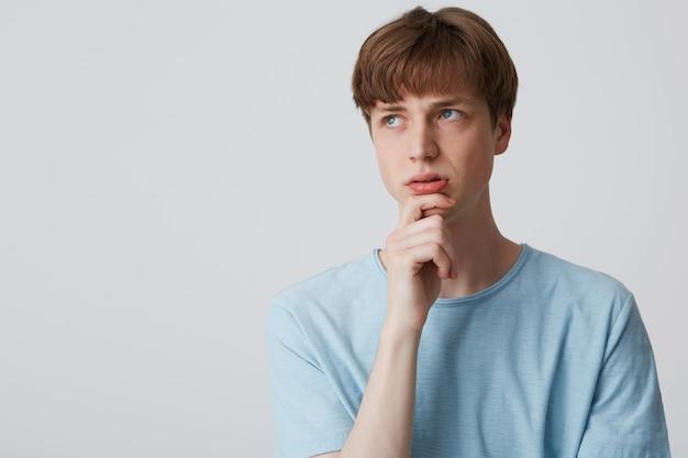 Gerichte jonge man in blauw t-shirt