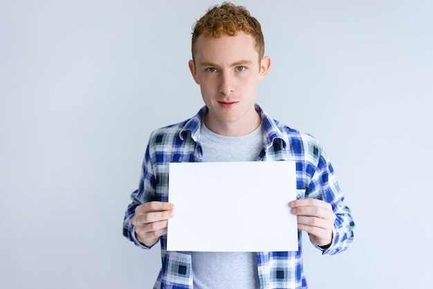Gerichte jonge man met blanco vel papier