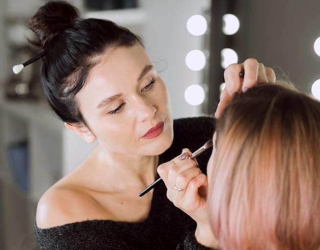 Gerichte kunstenaar doet make-up