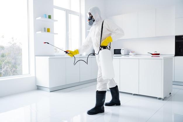 Gerichte man schoner in overall spray keuken