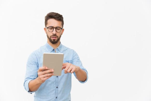 Gerichte professional die op tablet werkt