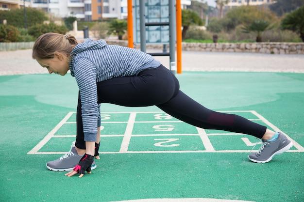 Gerichte serieuze jogger training op buitenspeeltuin