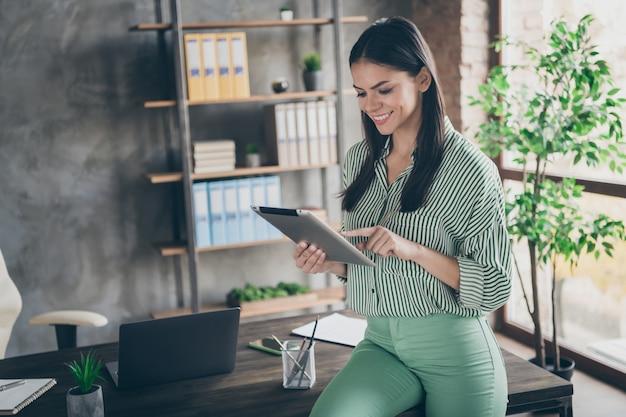 Gerichte slimme zakelijke dame met behulp van tablet op kantoor