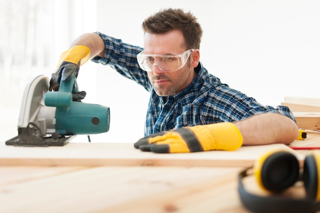 Gerichte timmerman houten plank snijden