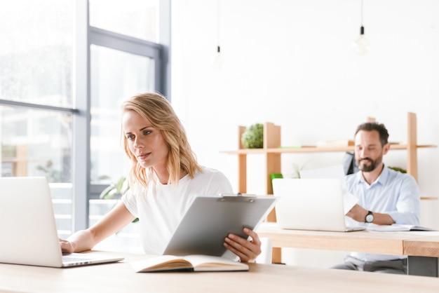 Gerichte vrouw manager die op laptop computer werkt