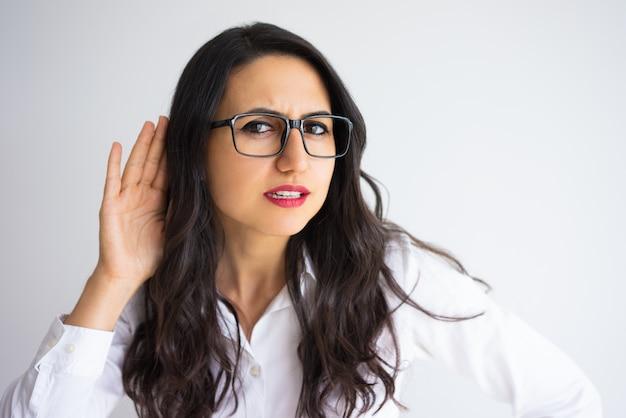 Gerichte zakelijke vrouw met de hand in de buurt van het oor