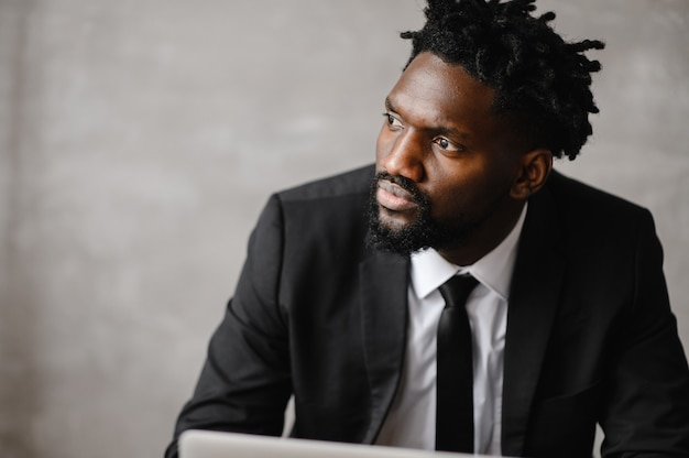 Gerichte zwarte zakenman in pak, video-oproep met klanten op laptop te houden.