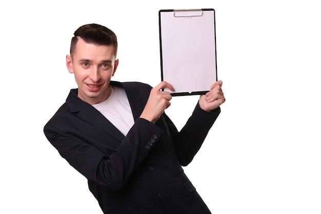 Gerijpt mannetje die neer op bij whiteboard wijzen die over wit wordt geïsoleerd