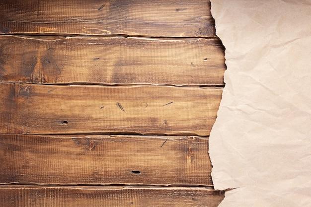 Gerimpeld of verfrommeld papier bij houten achtergrondtextuur