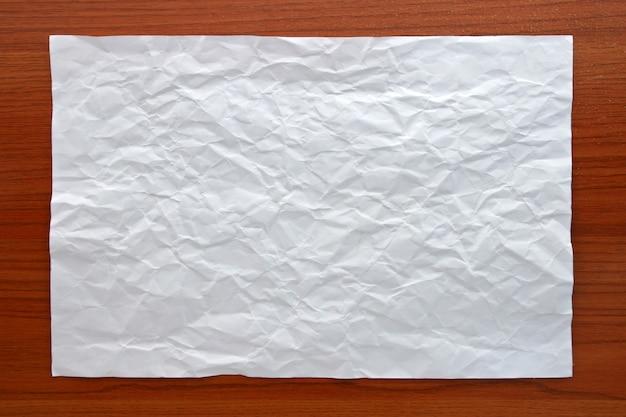 Gerimpeld wit papier hechten op houten bord