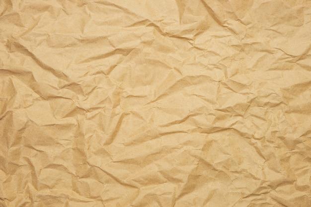 Gerimpelde bruine papieren achtergrond. kraftpapier textuur voor verpakking. milieuvriendelijk verpakkingsconcept.