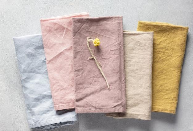 Gerimpelde linnen stoffen servetten in verschillende pastelkleuren