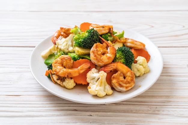 Geroerbakte gemengde groente met garnalen