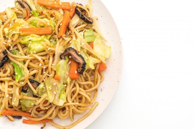 Geroerbakte yakisoba-noedel met groente