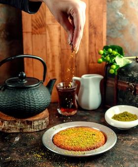 'gerommel pistache gegoten op kunefe dessert