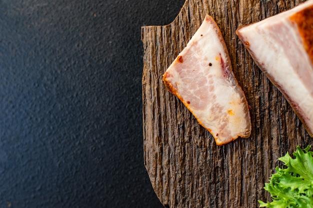 Gerookt spek met kruidenvlees gemaakt van varkenswang
