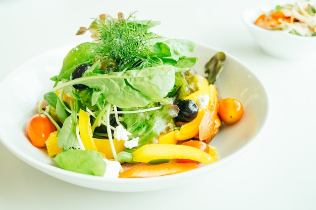 Gerookte eendenborst met plantaardige salade