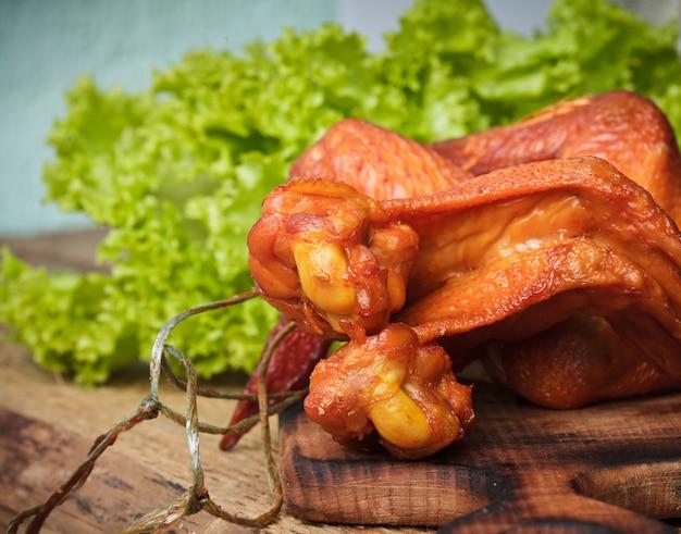 Gerookte heerlijke kippenvleugels op het hardboard