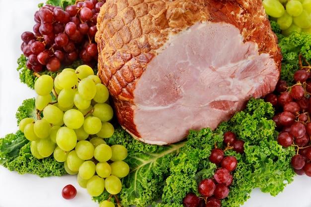 Gerookte hele varkensham met vers fruit. gezond eten. detailopname.