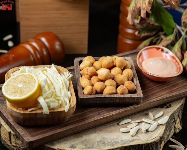 Gerookte kaas en gebakken knoedels met citroen en saus