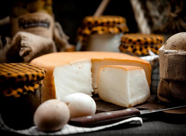 Gerookte kaas op een houten hennep