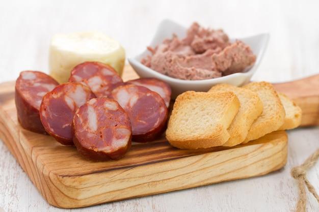 Gerookte portugese worst met paté en toast