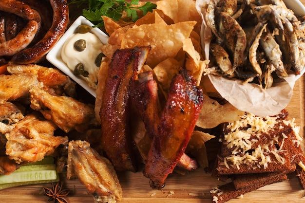 Gerookte snacks voor bier op een houten bord
