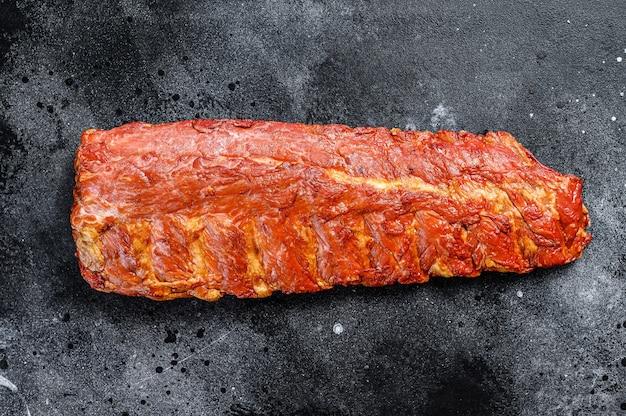 Gerookte varkensribbetjes in barbecuesaus.