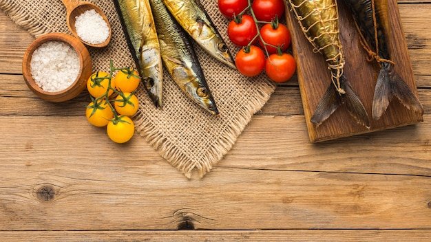 Gerookte vissen en tomaten plat gelegd