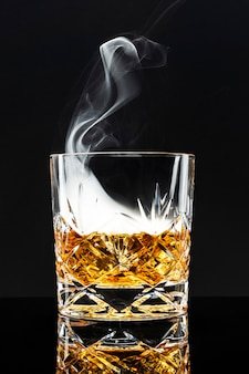 Gerookte whiskycocktail op zwarte achtergrond