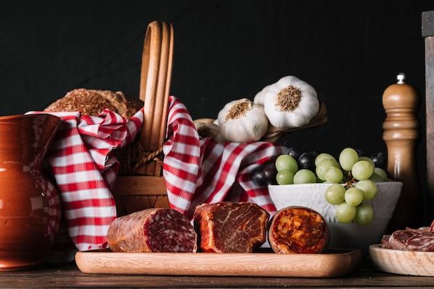 Gerookte worsten dichtbij voedsel