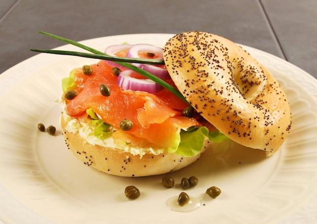 Gerookte zalm bagel sandwich