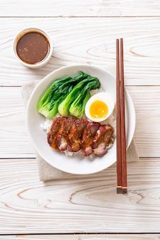 Geroosterd barbecue rood varkensvlees op bedekte rijst