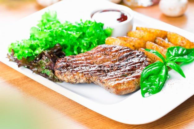 Geroosterd biefstuk met aardappelwiggen dicht omhoog