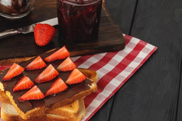 Geroosterd brood met chocopasta en aardbeien